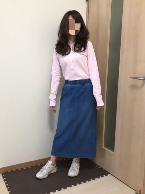 デニムスカート×スニーカー×ピンクのポロシャツのコーデ