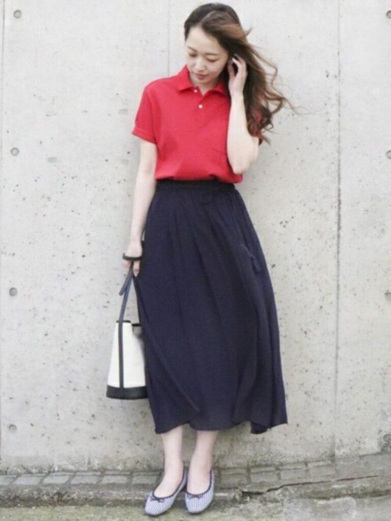 赤ポロシャツ×ギャザーロングスカート×バレエシューズ