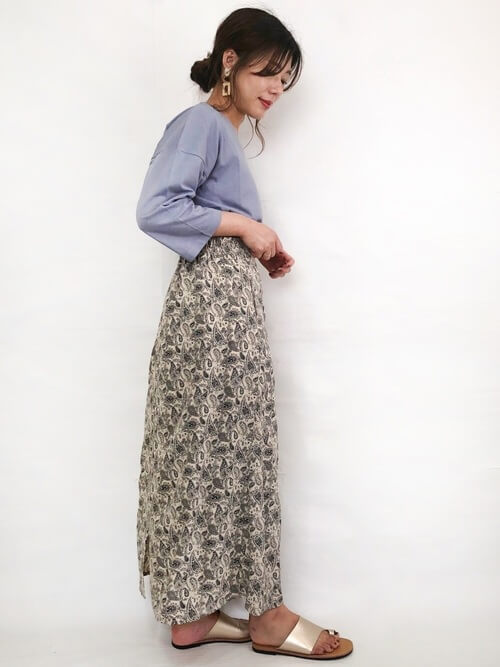 青のTシャツ×ペイズリー柄のスカート×ゴールドのサンダル