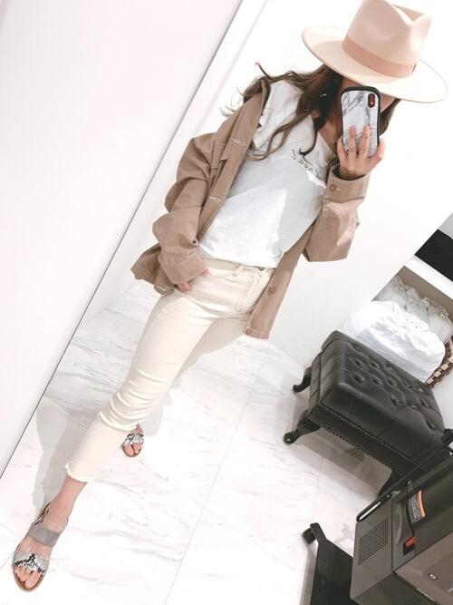 ベージュのカバーオール×白のTシャツ×ホワイトデニムのサーフ系ファッションコーデ