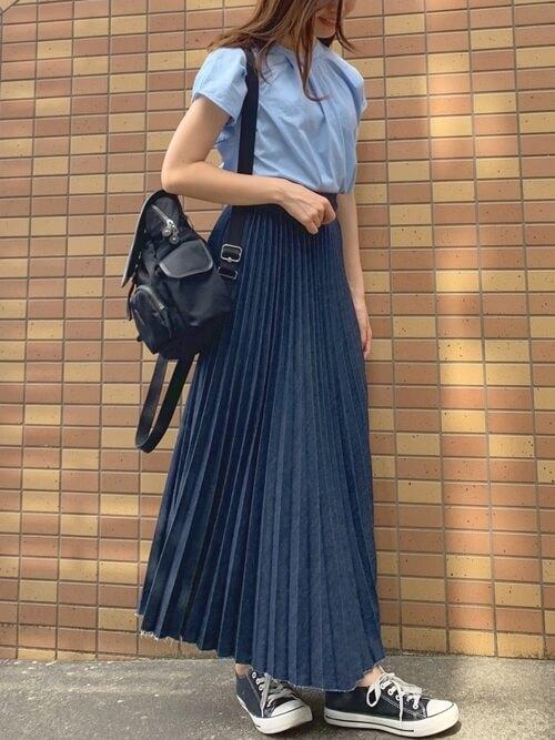青のTシャツ×青のプリーツスカート×青のスニーカー×黒のリュック