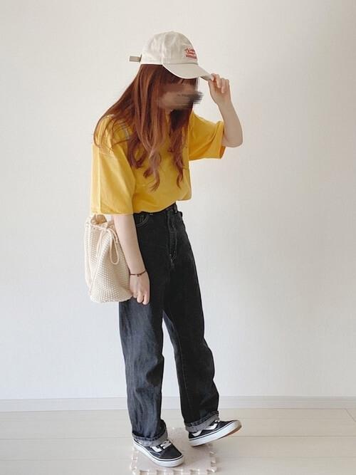 黄色のTシャツ×黒のデニムパンツ×黒のスニーカー×ベージュのキャップ