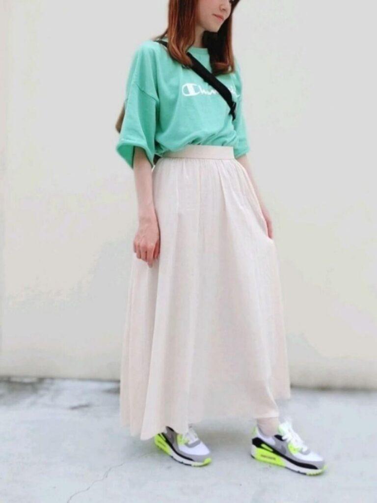 緑Tシャツ×ロングスカート×スニーカー