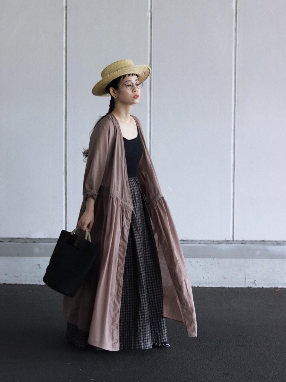 カンカン帽×ブラウンのシャツワンピ×黒のタンクトップ×チェックのスカート