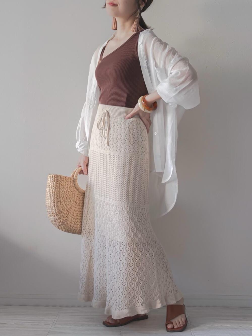 キャミソール×白のシアーシャツ×ベージュのニット透かし編みニットスカート×ブラウンのサンダル