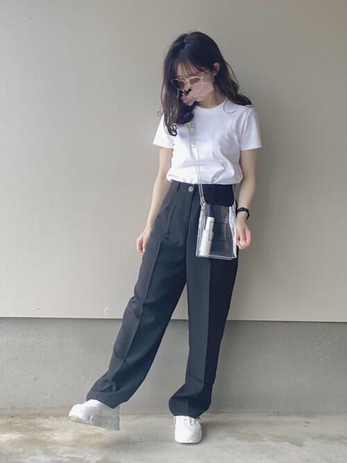 白のTシャツ×黒のスラックス×白のスニーカー×ミニショルダーバッグ