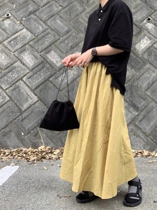 黄色のマキシスカート×スポーツサンダル×黒のポロシャツのコーデ