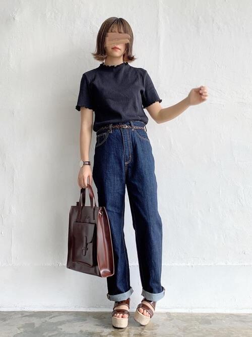 黒のTシャツ×デニムパンツ×厚底サンダル