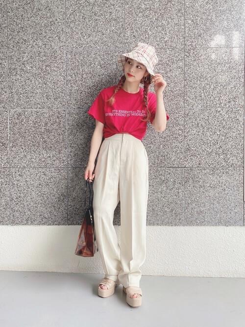赤のTシャツ×白のタックパンツ×ベージュのサンダル×チェックのバケットハット