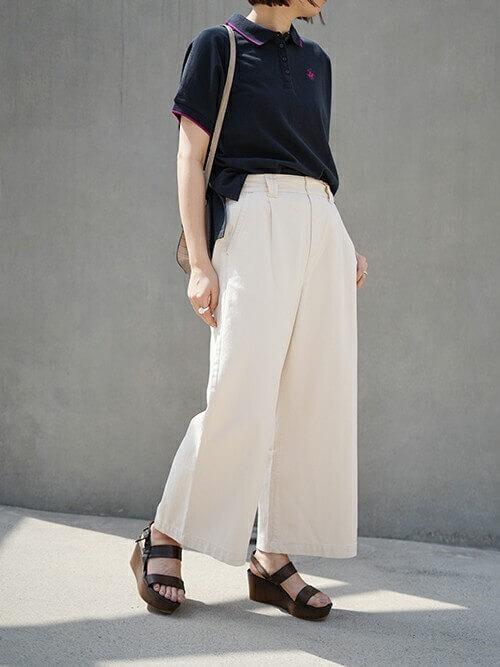 白のワイドパンツ×サンダル×ネイビーのポロシャツのコーデ
