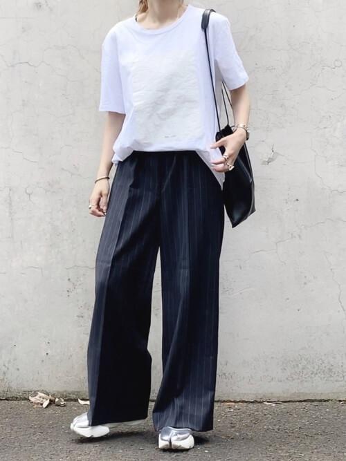 無地の白Tシャツ×黒のワイドストライプパンツ×シルバーのスニーカーサンダル×黒のバッグ