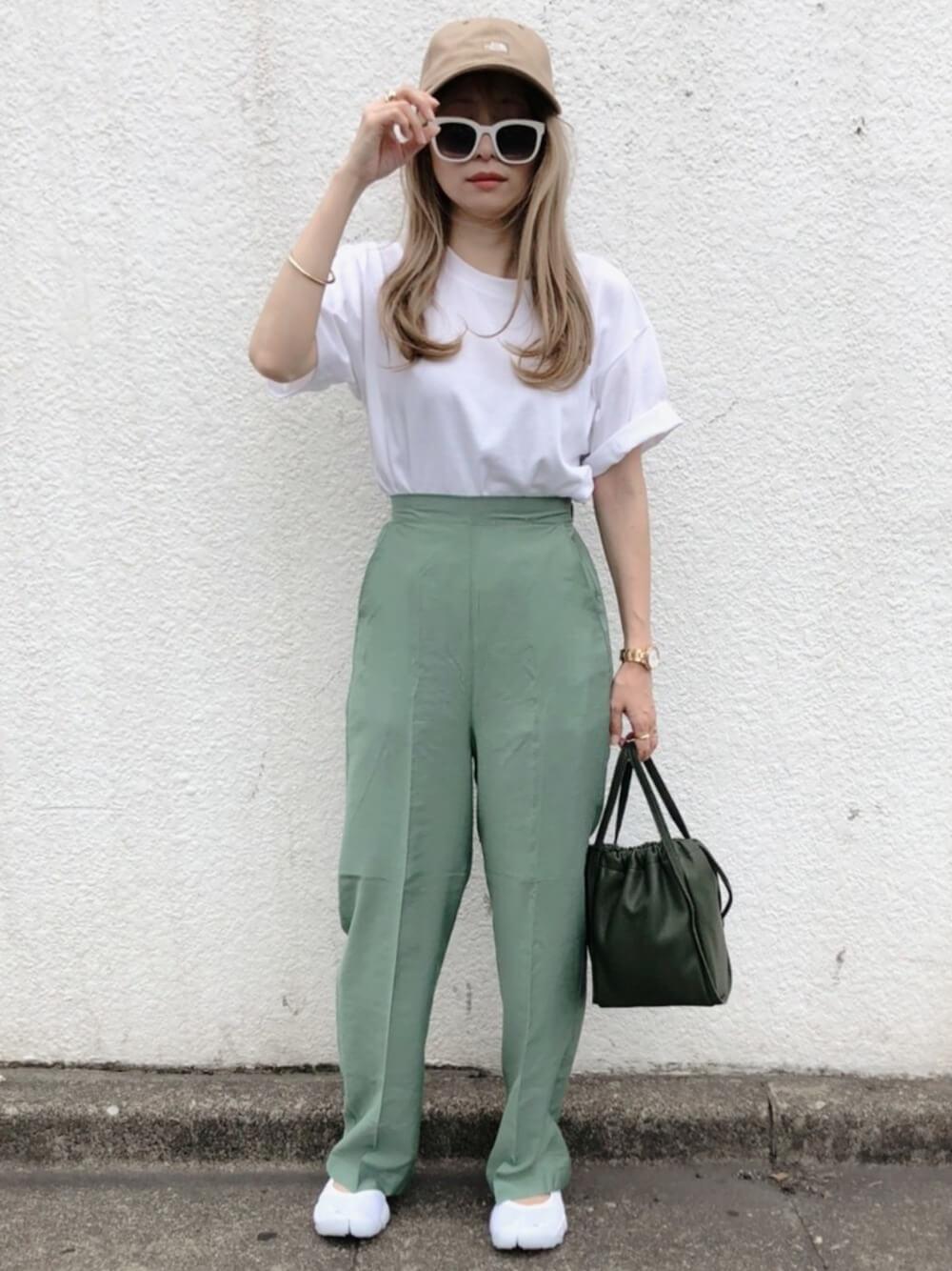 キャップ×白のTシャツ×グリーンのワイドパンツ×黒のバッグ