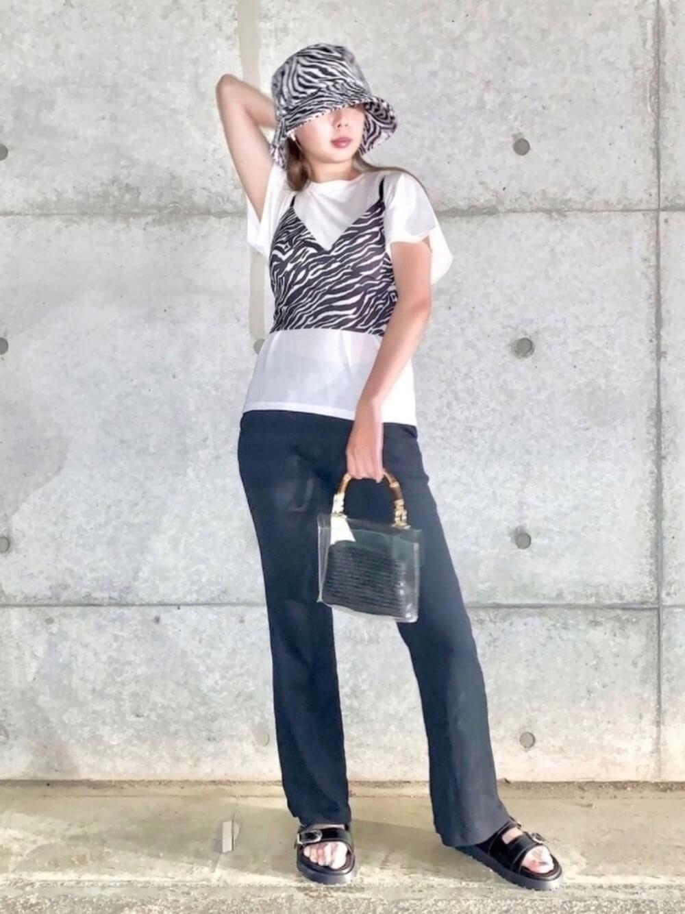 キャミソール×白のTシャツ×デニムパンツ×黒のサンダル