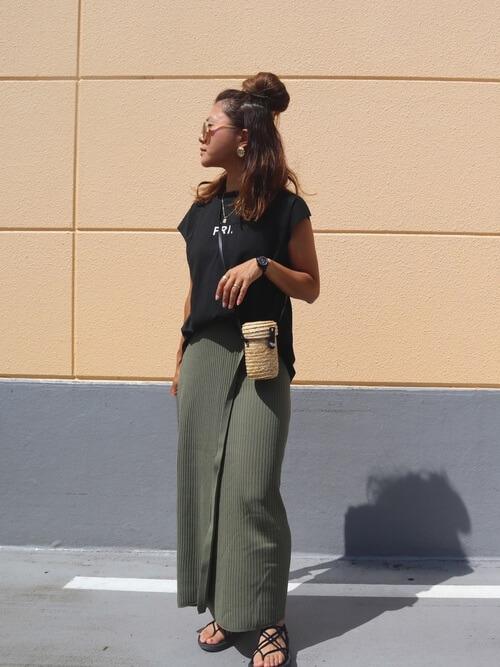 黒のTシャツ×グリーンのラップ風ニットスカート×黒のサンダル