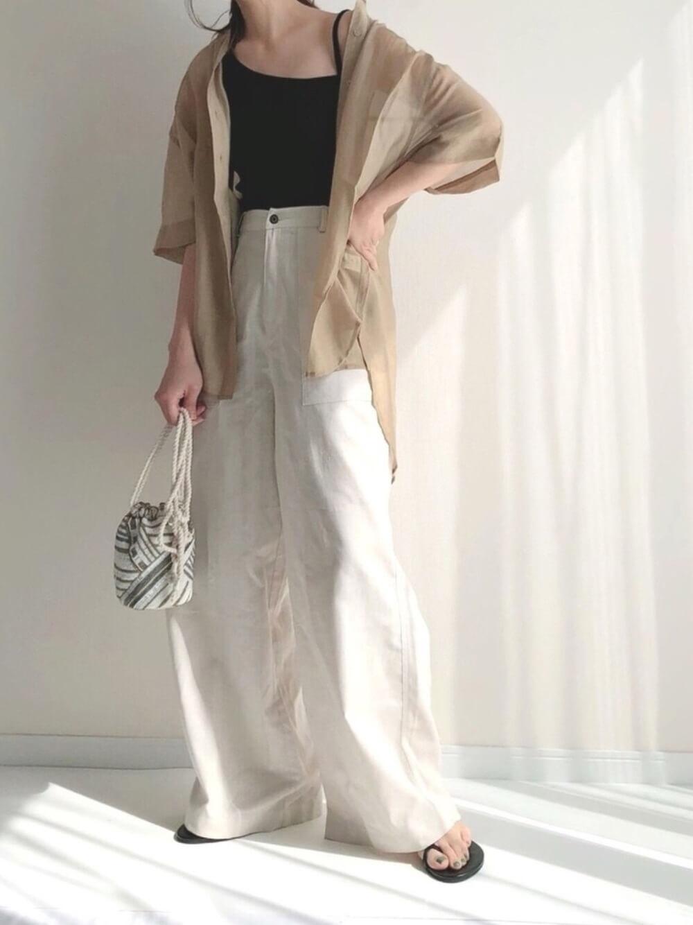 キャミソール×ベージュのシアーシャツ×白のワイドデニムパンツ×黒のサンダル