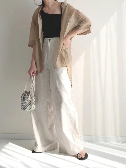 黒のキャミソール×ベージュのシアーシャツ×白のワイドパンツ×黒のサンダル
