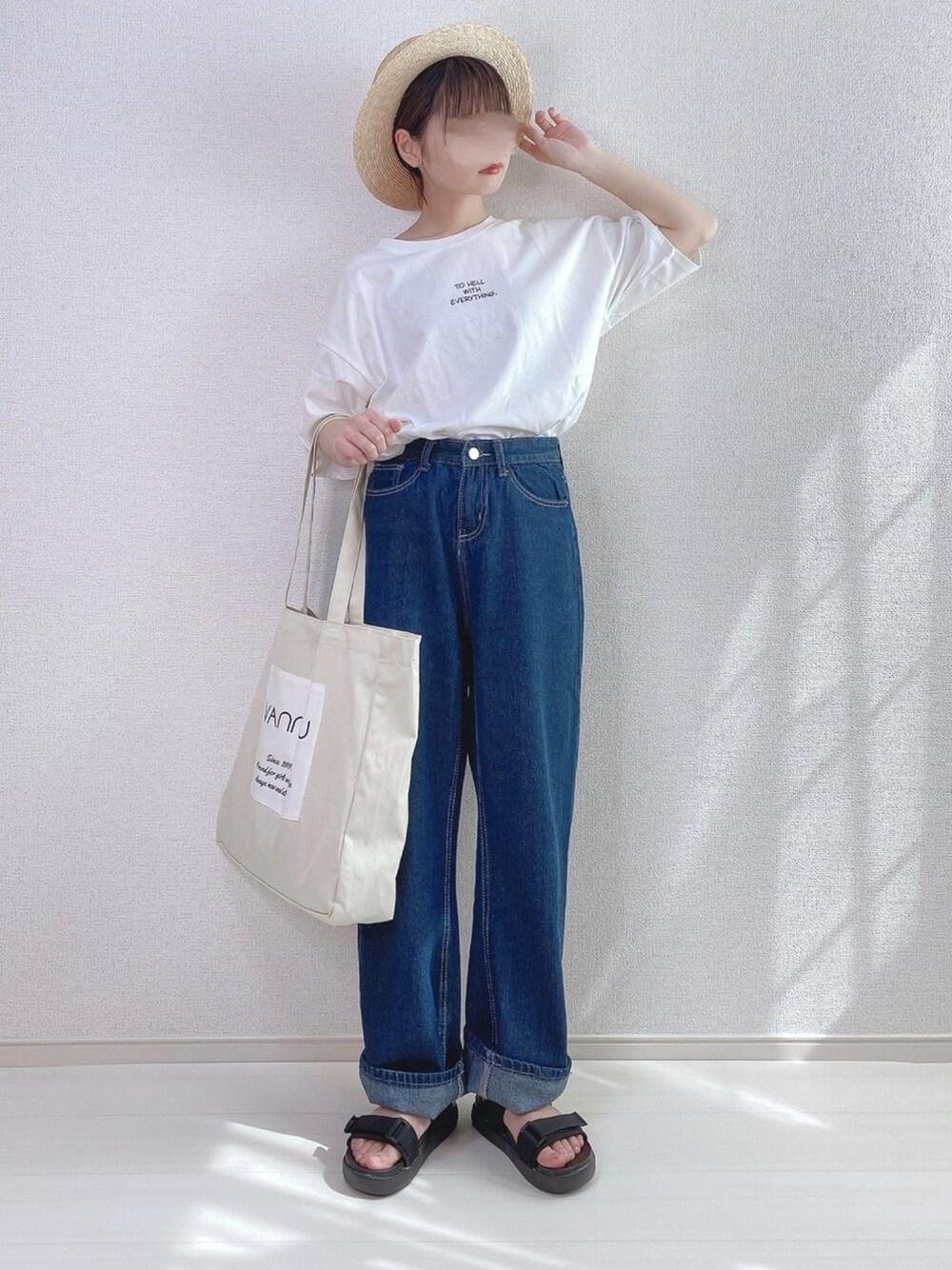 カンカン帽×白のロゴTシャツバ×デニムパンツ×スポーツサンダル
