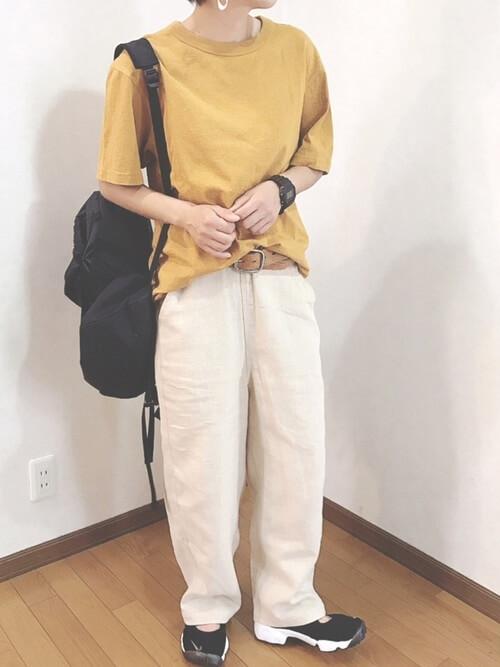黄色のTシャツ×白のリネンパンツ×黒のスニーカーサンダル×黒のバッグ