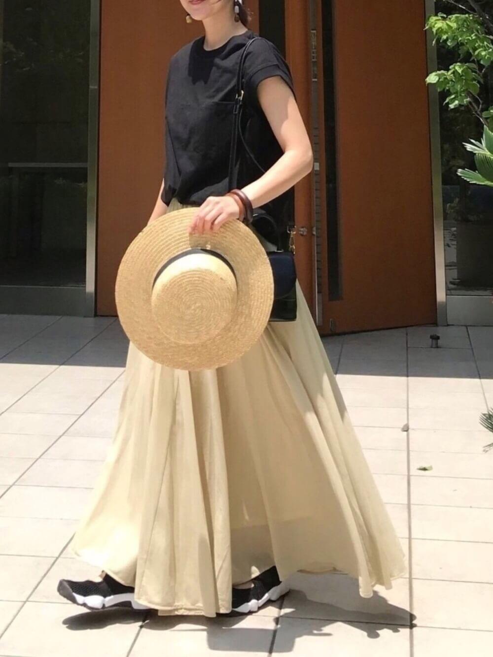 カンカン帽×黒のTシャツ×イエローのフレアスカート