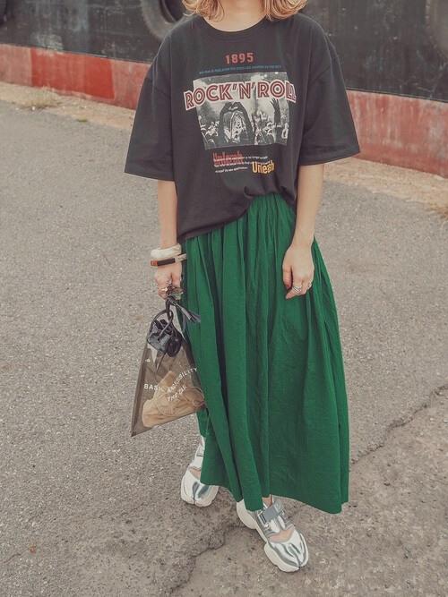 黒のTシャツ×グリーンのスカート×シルバーのサンダル