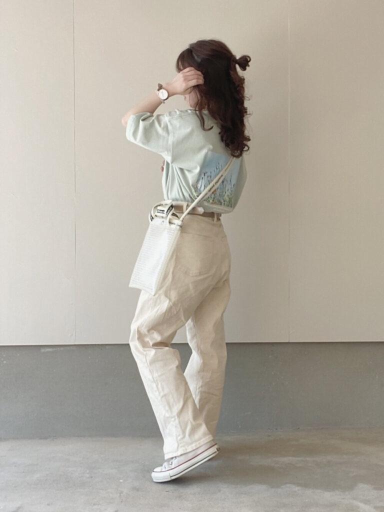 緑Tシャツ×白のデニムパンツ×スニーカー