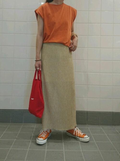 オレンジTシャツ×スリット入りのギンガムタイトスカート×オレンジスニーカー