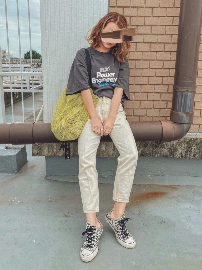 グレーTシャツ×スリムパンツ×スニーカー