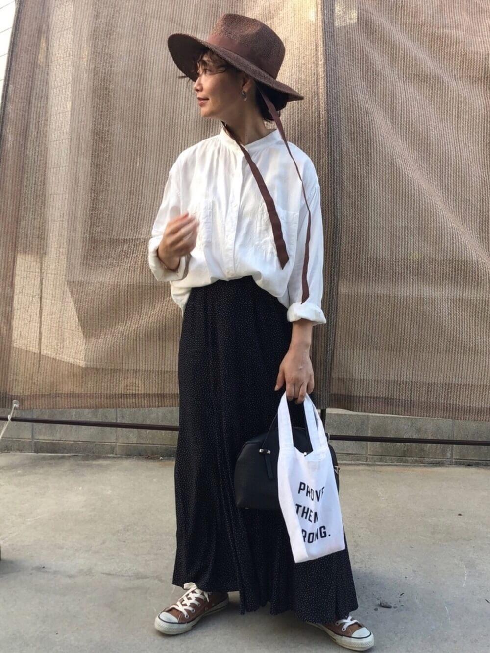 麦わら帽子×白のシャツ×黒のスカート×ブラウンのスニーカー