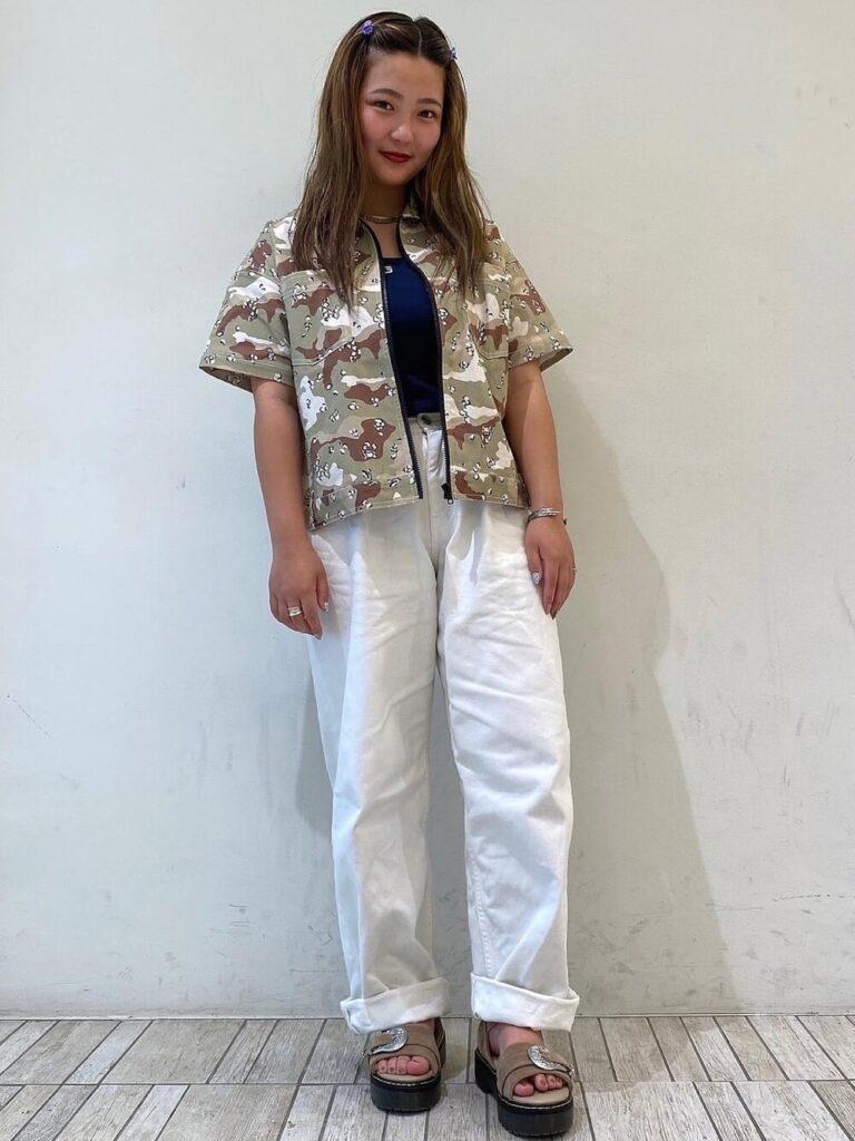ネイビーキャミソール×半袖シャツ×白パンツ×サンダル