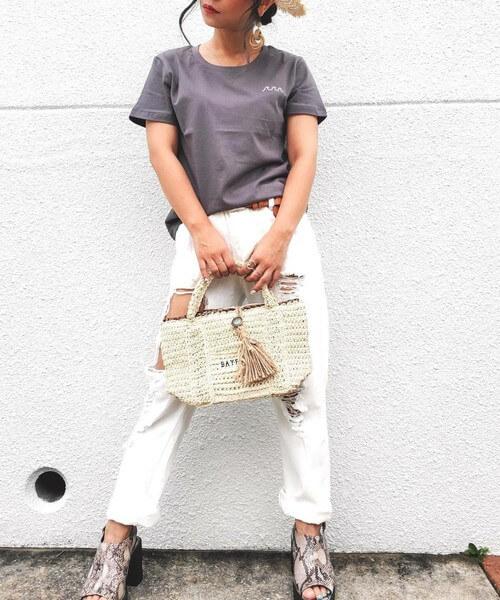 グレーのTシャツ×ホワイトデニム×サンダルのサーフ系ファッションコーデ