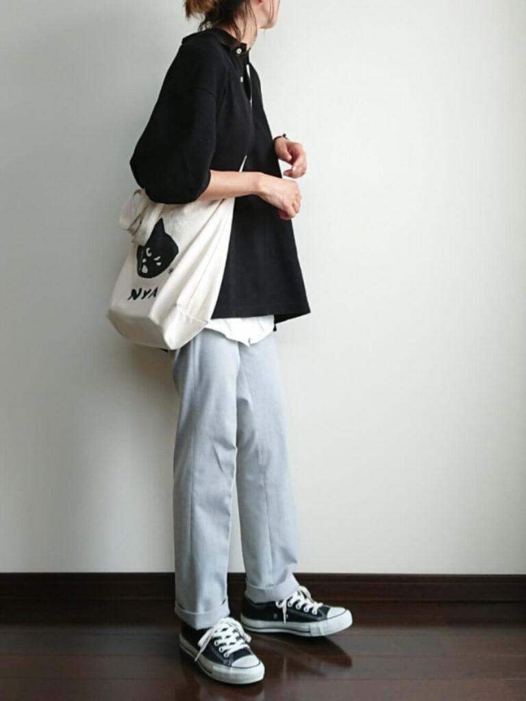 グレーのストレートパンツ×スニーカー×黒のポロシャツのコーデ