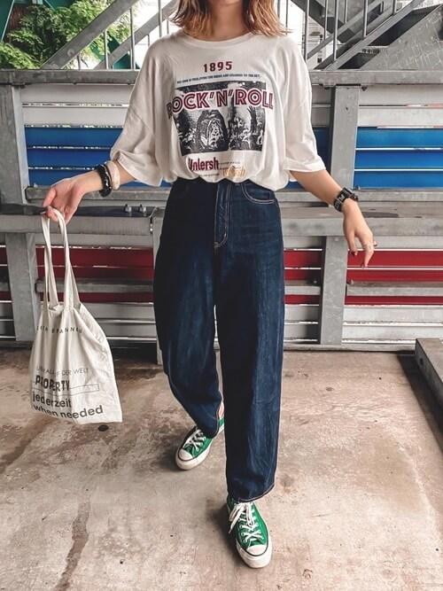 ワイドデニム×スニーカー×ロックTシャツのレディースコーデ