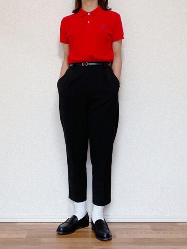 赤ポロシャツ×スラックス×ローファー