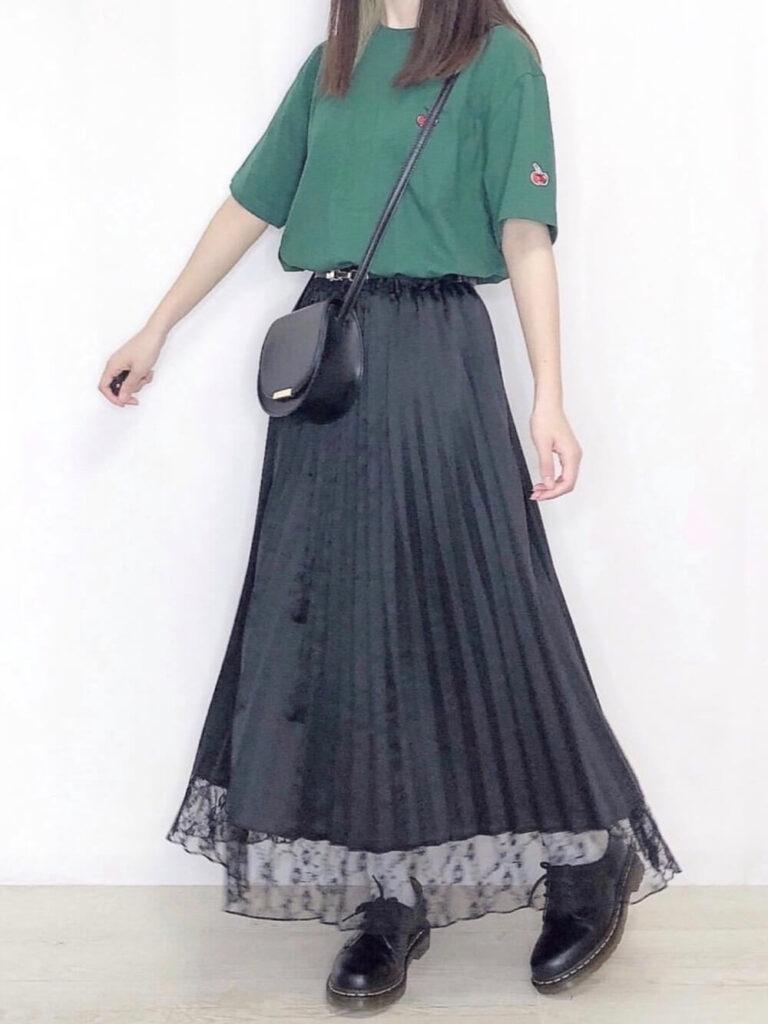 緑Tシャツ×プリーツスカート×ブーツ