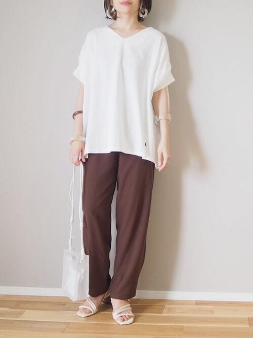 VネックTシャツ×ブラウンのパンツ×白のサンダル