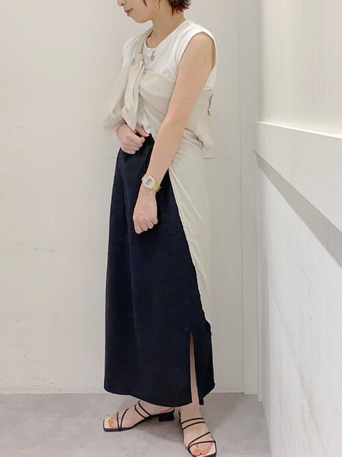 ベージュのシャツ×白のノースリーブTシャツ×黒のロングスリットスカート×サンダル