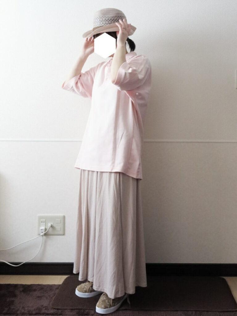 フレアスカート×スニーカー×ストローハット×ピンクのポロシャツのコーデ