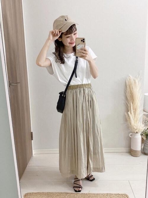 無地の白Tシャツ×ベージュのスカート×黒のサンダル×黒のショルダーバッグ×ベージュのキャップ