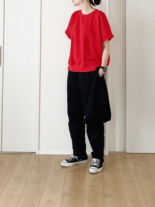 赤のTシャツ×黒のパンツ×黒のスニーカー