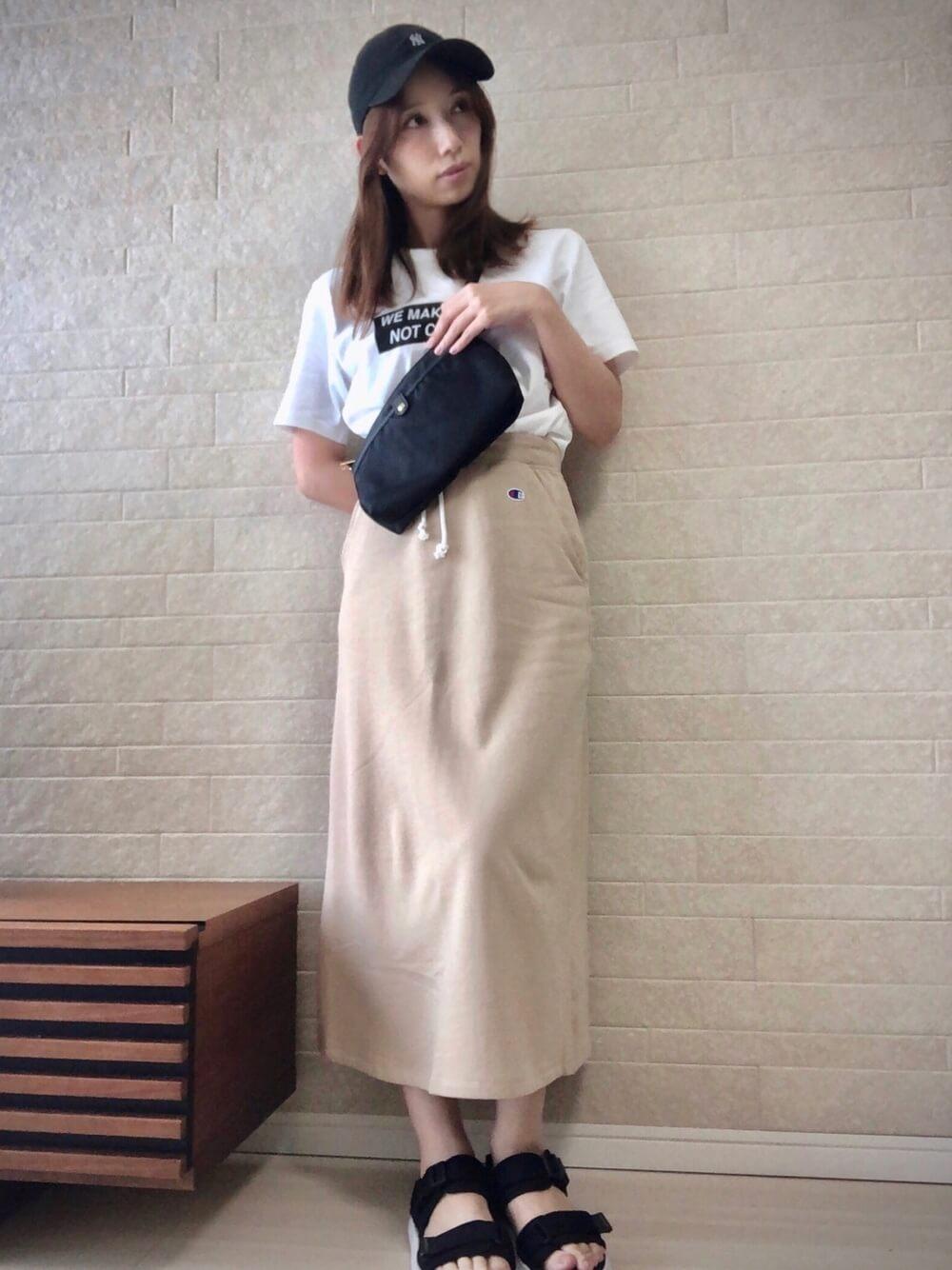 キャップ×白のTシャツ×ベージュのスエットスカート×黒のサンダル