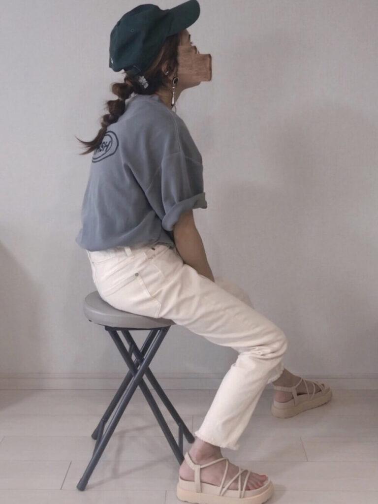 グレーTシャツ×白デニム×サンダル×キャップ