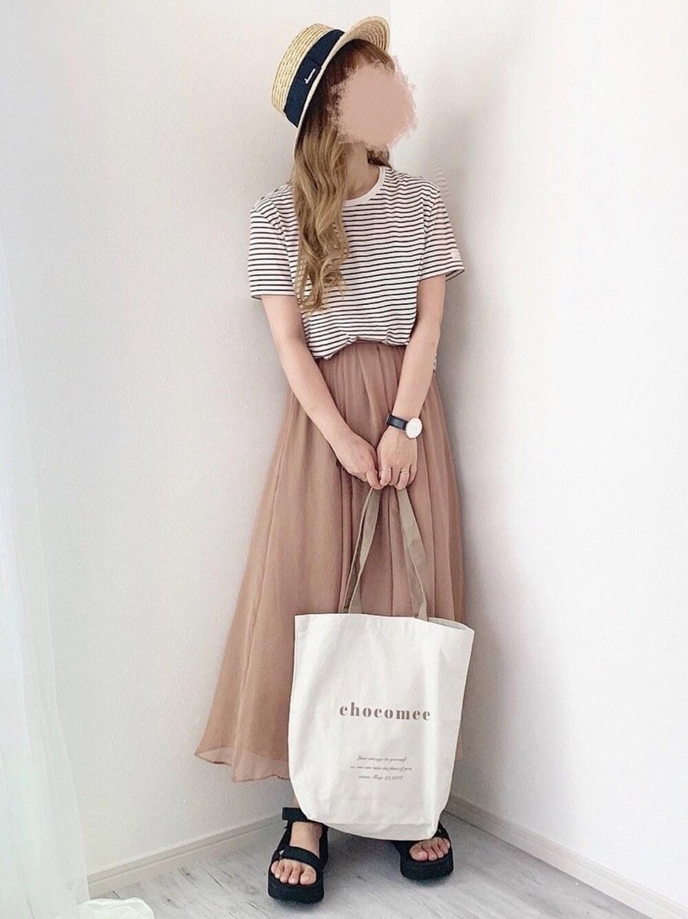 カンカン帽×ブラウンボーダー×ブラウンのスカート×黒のサンダル