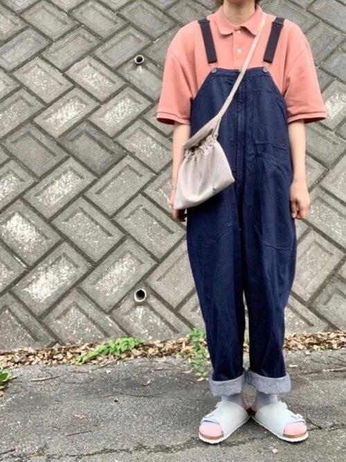 デニムサロペット×サンダル×ピンクのポロシャツのコーデ