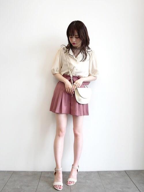 ピンクのショートパンツ×白のシャツ×白のサンダル
