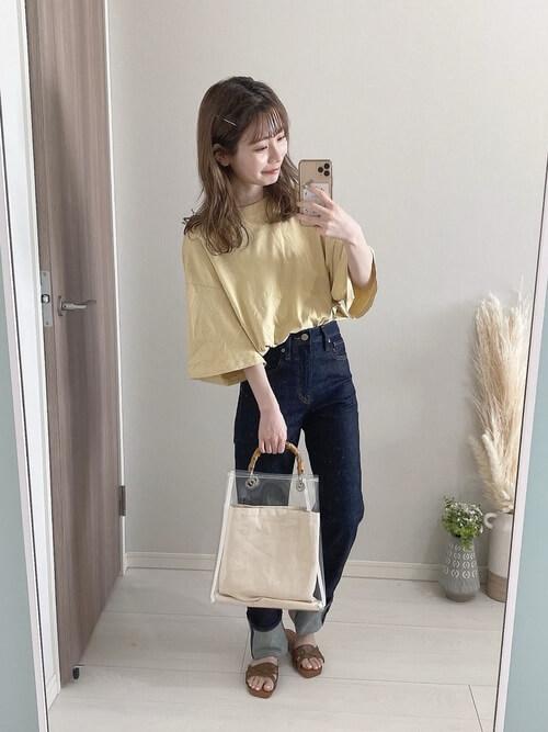 黄色のTシャツ×デニムパンツ×ブラウンのサンダル
