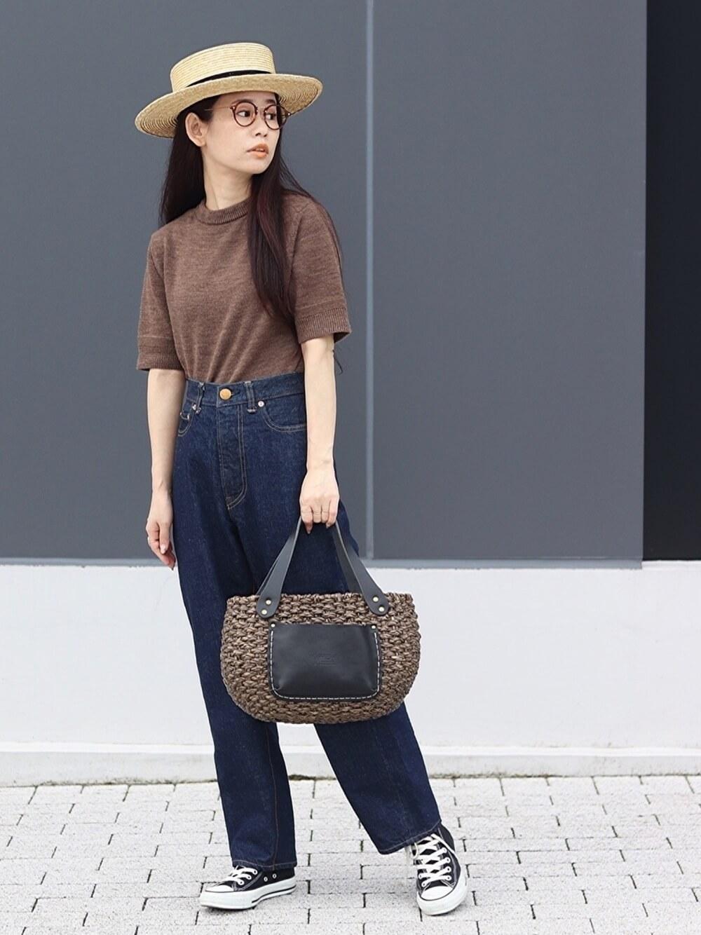 カンカン帽×ブラウンのTシャツ×デニムパンツ×黒のスニーカー