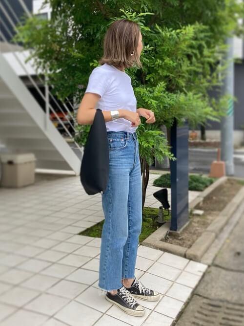 無地の白Tシャツ×デニムパンツ×黒のスニーカー×黒のハンドバッグ