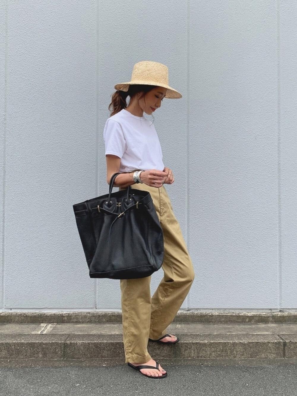 麦わら帽子×白のTシャツ×チノパンツ×黒のビーチサンダル