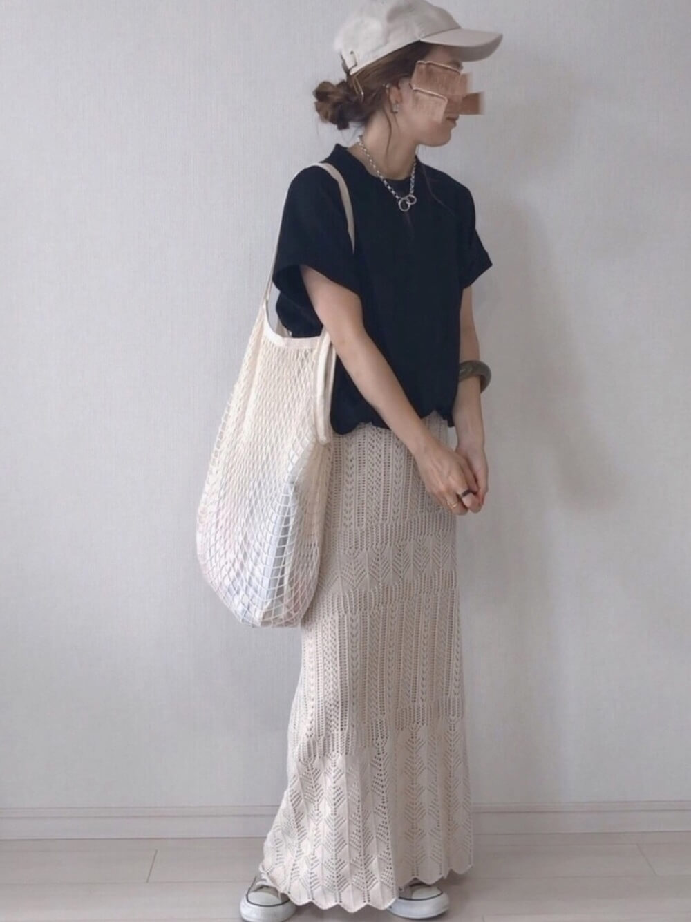 キャップ×黒のTシャツ×ベージュのクロシェスカート×ベージュのスカート