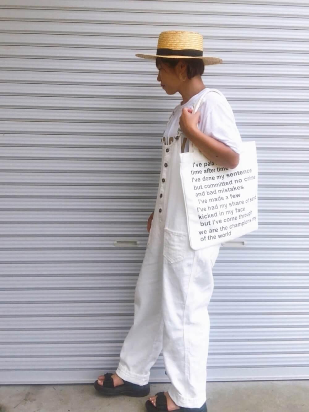 カンカン帽×白のTシャツ×白のサロペット×黒のサンダル